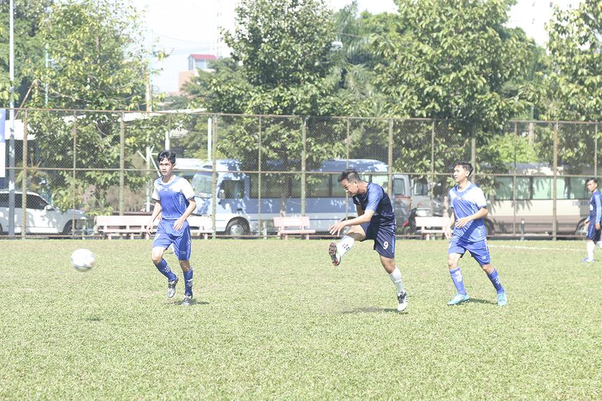 """FPT Software dù sở hữu cầu thủ đang dẫn đầu danh sách ghi bàn ở FFA Cup năm nay là Nguyễn Hữu Lâm nhưng chân sút số 8 cũng không thể tạo ra được sự đột biến trên hàng công nhà Phần mềm khi anh được hàng phòng ngự đối phương """"chăm sóc"""" rất kỹ. Hiệp 1 trận đấu khép lại mà không có bàn thắng nào được ghi."""