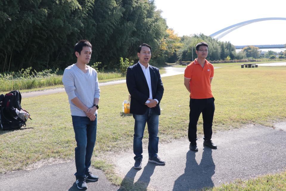 """Phát biểu tại giải chạy, PGĐ FPT Japan - anh Nguyễn Việt Vương (giữa) bày tỏ sự vui mừng khi chứng kiến sự lớn mạnh của văn phòng Nagoya nói riêng và FPT Japan nói chung: """"5 năm trước, khi mở văn phòng FPT Japan tại Nagoya, tôi nhớ cả văn phòng chỉ có đúng một người là anh Đinh Tiến Hùng. Giờ đây, văn phòng đang có hơn 100 người thường xuyên làm việc tại tỉnh Aichi, thủ phủ ngành công nghiệp ô tô toàn Nhật Bản. Thay mặt ban lãnh đạo FPT Japan, tôi xin chúc Nagoya phát triển mạnh hơn nữa, anh chị em có đời sống tinh thần phong phú hơn nữa, máu lửa hơn nữa. Chúc Nagoya đạt mục tiêu doanh thu năm 2019 gấp hơn 2 lần năm nay!"""""""