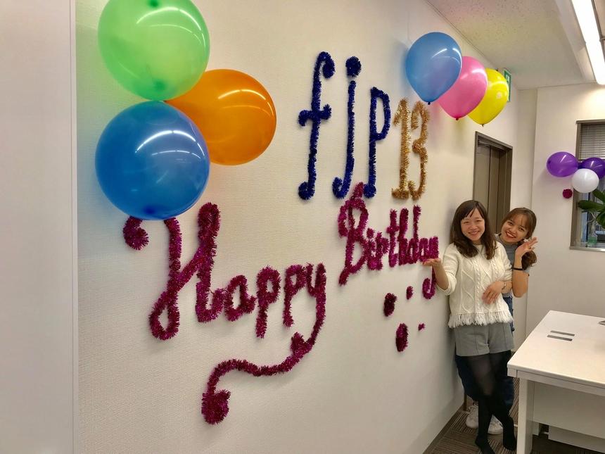 Văn phòng Nagoya đã được trang trí để sẵn sàng tổ chức tiệc mừng sinh nhật FPT Japan 13 tuổi vào ngày 13/11. Các CBNV Nagoya đang rất háo hức chờ đón giây phút được cùng thổi nến mừng sinh nhật FPT Japan cùng thời điểm với các văn phòng khác ở Nhật Bản.