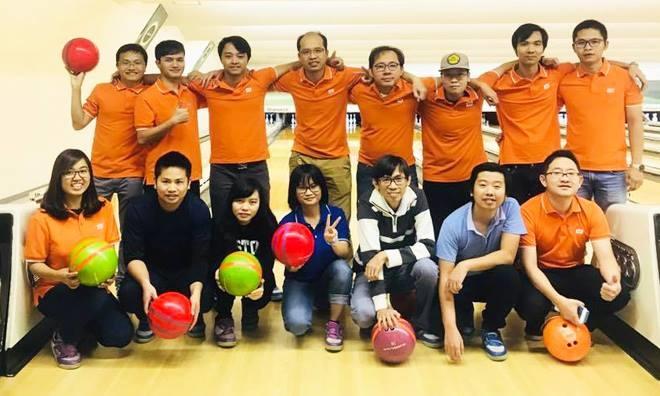 """Cùng ngày, tại các CBNV tại Shizuoka cũng tham gia giải bowling để hưởng ứng sinh nhật FPT Japan 13 năm. Mới sang Nhật được gần một năm, lần đầu tham gia hoạt động sinh nhật FPT Japan, anh Hà Văn Tài (FJP.SIG-D) bộc bạch: """"Ban đầu tôi cảm thấy hơi ngại vì không quen biết nhiều anh chị em ở đây nhưng sau khi tham gia chơi bowling, tôi thấy vô cùng hứng khởi. Tôi rất thích không khí ấm áp, quây quần khi mọi người cùng nhau thổi nến, cắt bánh sinh nhật vào buổi tối""""."""