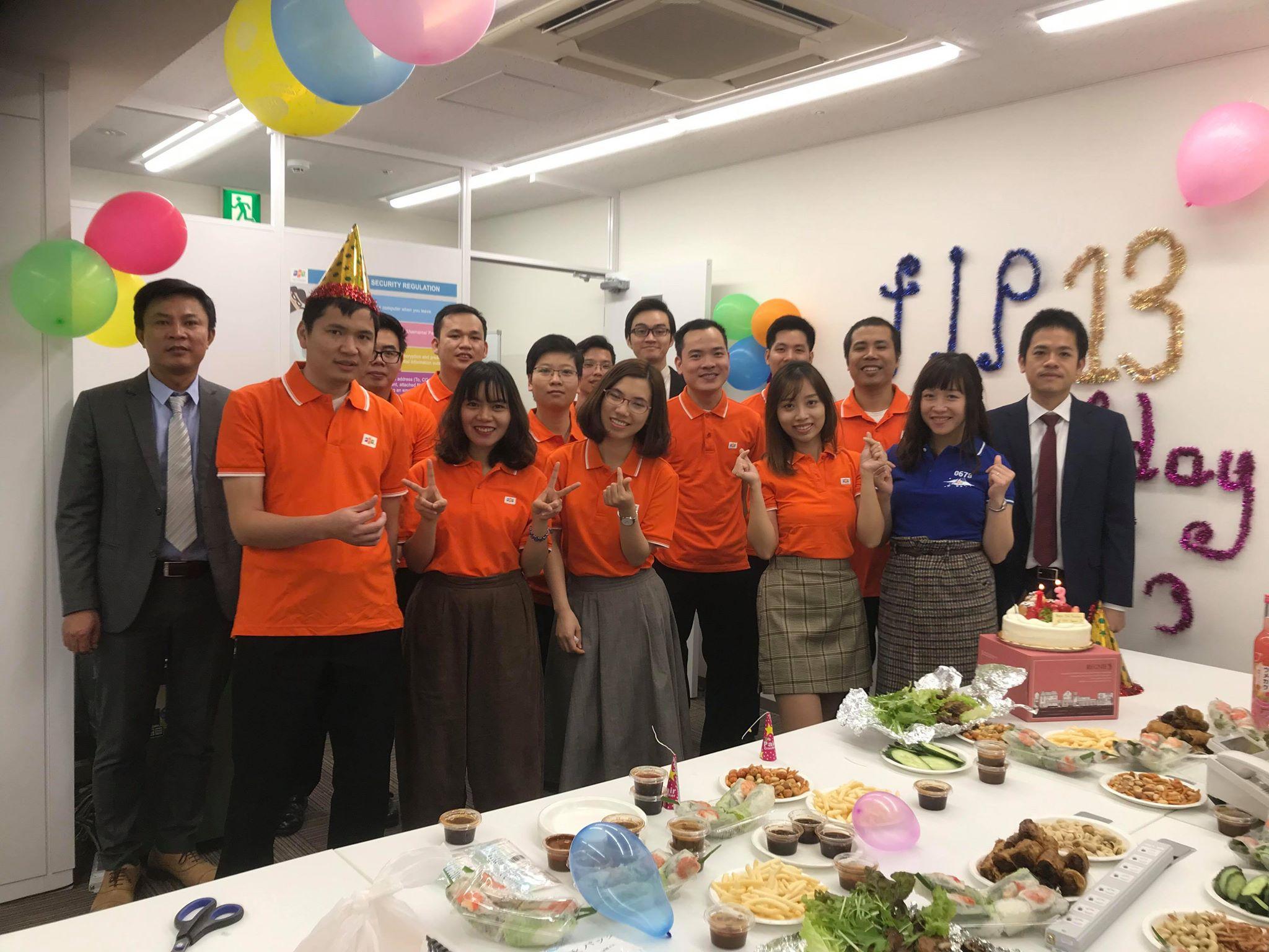Tối 13/11, văn phòng Nagoya cùng nhau thổi nến chúc mừng sinh nhật FPT Japan 13 tuổi. Các CBNV Nagoya đã có bữa tiệc sinh nhật rất ấm cúng và vui vẻ bên nhau khi cùng hát các ca khúc tiếng Việt và ôn lại kỷ niệm trong những năm tháng đã làm việc cùng nhau tại đất nước mặt trời mọc.
