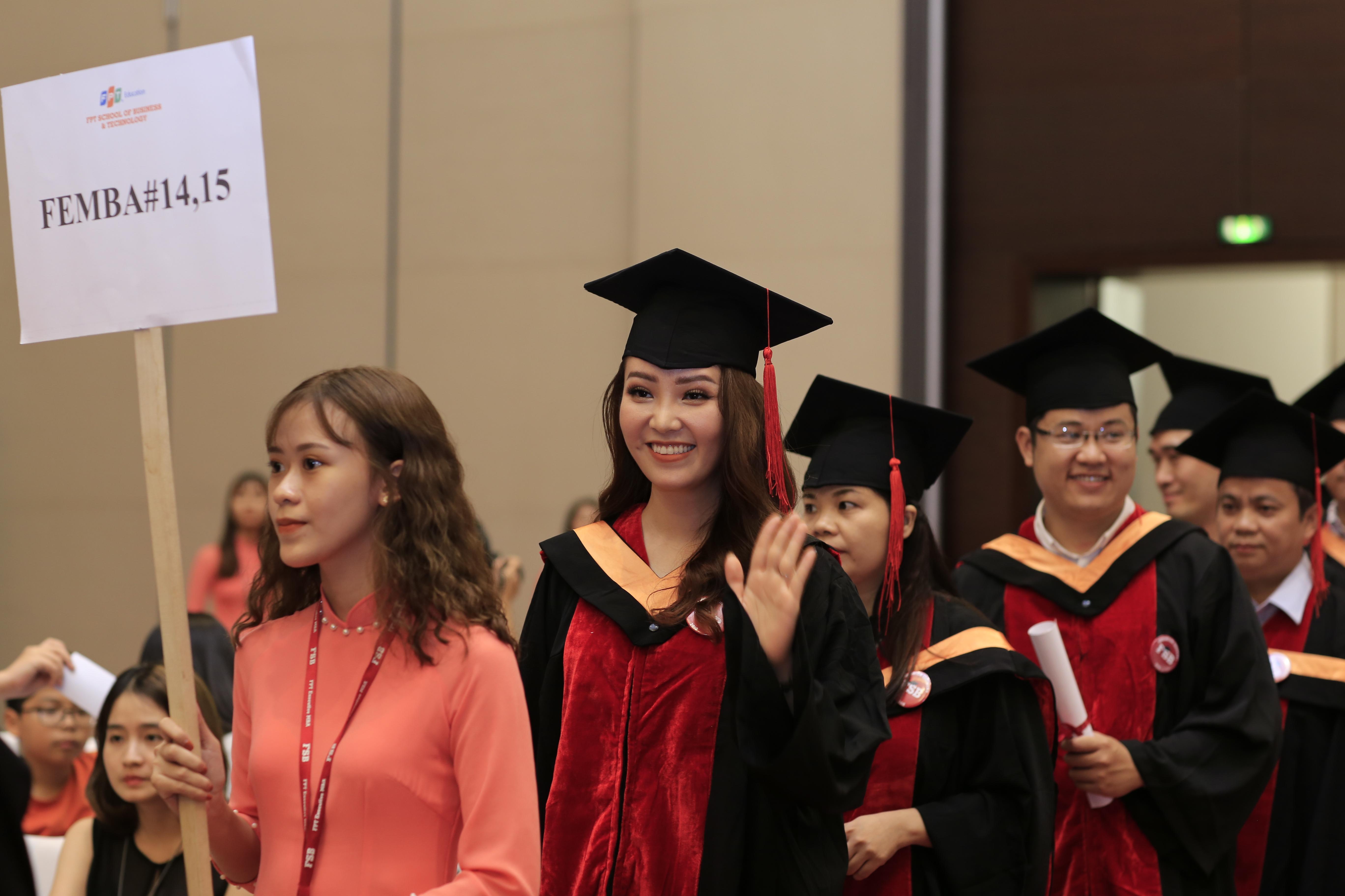 """Buổi lễ tốt nghiệp đã dành cho các học viên một sự xuất hiện đầy trang trọng và ý nghĩa khi họ xuất hiện từ phía sau hội trường, nhận được sự chào đón của người thân và bạn bè đến dự. Cảm thấy rất vui mừng và xúc động khi bước trên thảm đỏ chào mừng tại buổi lễ tốt nghiệp, anh Nguyễn Thanh Phương, Công ty Cổ phần Đầu tư Việt Hưng,học viên FeMBA khoá 6, bộc bạch: """"Sau khi học xong khoá Quản trị Kinh doanh tại FSB, tôi cảm thấy tự tin hơn trong cả công việc và cuộc sống. FSB có một phong cách đào tạo rất bài bản và thực tế, đào tạo ra những lứa học viên xuất sắc, góp phần phát triển nền kinh tế của Việt Nam""""."""