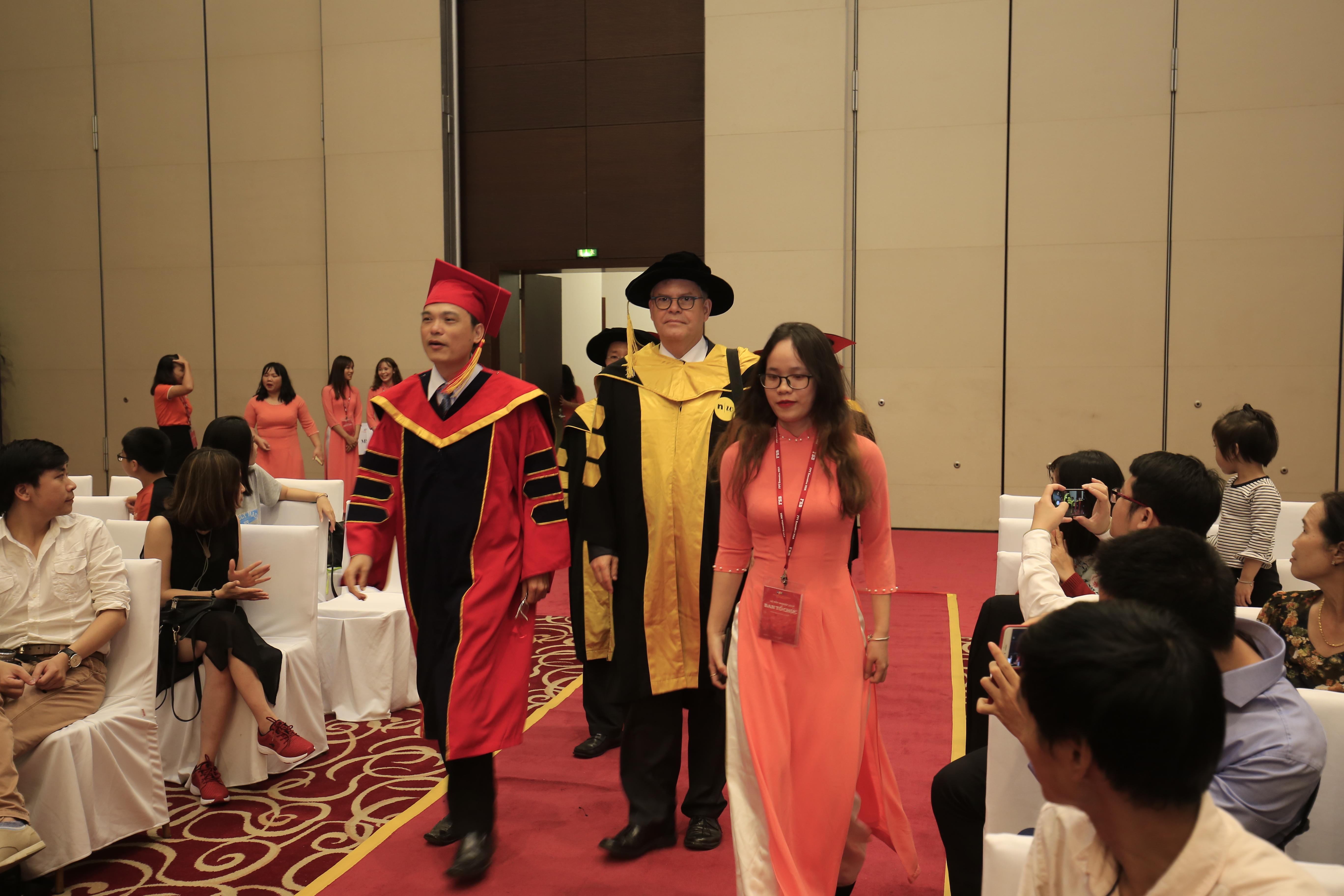 Buổi lễ tốt nghiệp có sự hiện diện của TS. Nguyễn Việt Thắng, Viện trưởng Viện Quản trị & Công nghệ FSB (áo đỏ đen);ông Dieter Reineke (áo vàng đen), ĐH Khoa học Ứng dụng và Công nghệ North Western (Thụy Sĩ) cùng các thầy cô giáo là giảng viên của FSB.