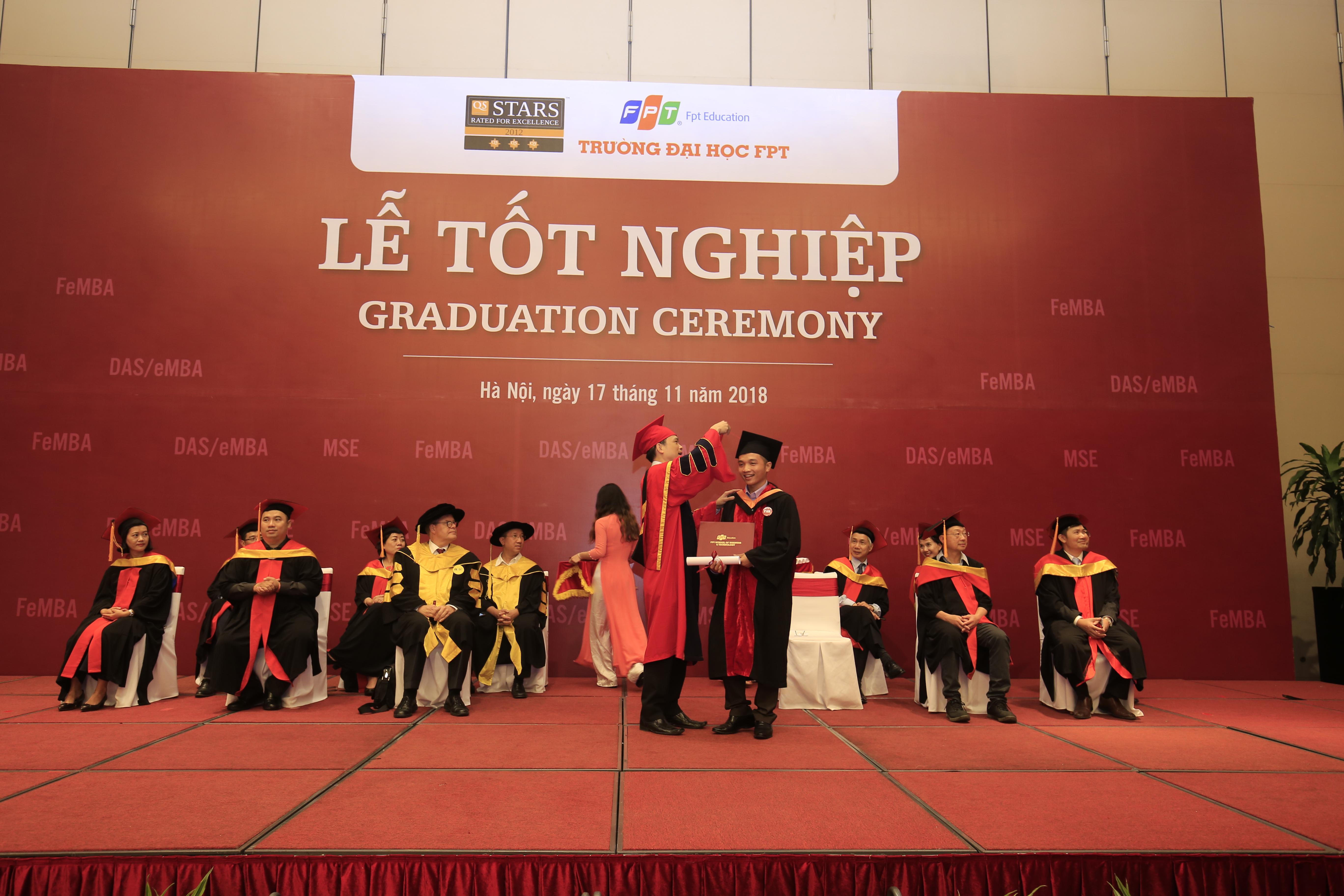 Ngay sau đó là phần trao bằng tốt nghiệp cho các tân thạc sĩ của FSB. Lần lượt từng học viên được bước lên sân khấu để Viện trưởng Nguyễn Việt Thắng vắt dải mũ, đánh dấu một bước chuyển quan trong trong quá trình học tập, rèn luyện và trao tấm bằng thạc sĩ cho họ.