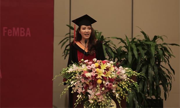 Đại diện cho các học viên tốt nghiệp khoá 2018, Á hậu Thuỵ Vân gửi lời cảm ơn sâu sắc đến các giảng viên, cán bộ của FSB đã tận tuỵ, nhiệt huyết trong việc đào tạo, dẫn dắt học viên trong suốt 2 năm qua để các học viên có được kết quả như ngày hôm nay. MC của Chuyển động 24h cũng khẳng định việc học tập tại FSB thật sự thú vị và dễ tiếp thu bởi tính ứng dụng cao của các kiến thức, bài giảng mà thầy cô cung cấp. Sau khi tốt nghiệp, tân Thạc sĩ tài năng và xinh đẹp này sẽ áp dụng các kiến thức về quản trị kinh doanh đã học để quản lý và điều hành tốt doanh nghiệp riêng của mình, đồng thời sẽ áp dụng được vào công việc MC một số chương trình kinh tế, khởi nghiệp mà cô đang thực hiện tại VTV.