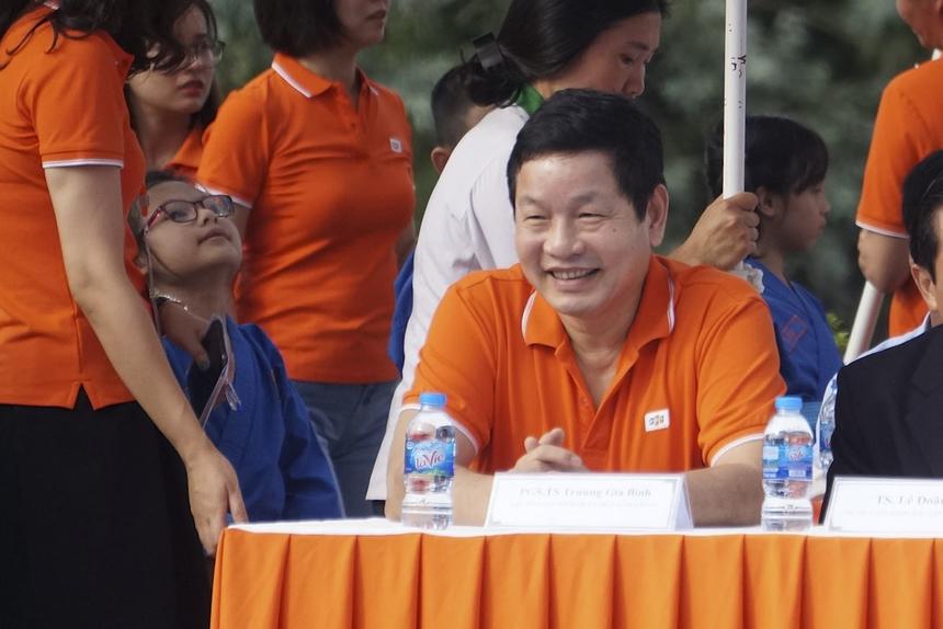 """Có mặt tại sự kiện """"Đồng diễn Vovinam"""" của FPT Education từ khá sớm, Chủ tịch Trương Gia Bình nhanh chóng bị những đứa trẻ - lớp măng non nhà F thu hút. Khuôn mặt toát lên vẻ hạnh phúc trong sáng như vừa """"uống trọn"""" khoảnh khắc ngây thơ, tinh nghịch của những học trò nhí trong trang phục võ thuật."""