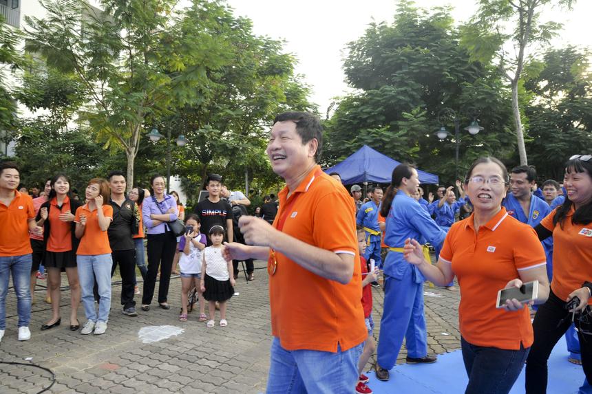 """Quá đỗi tự hào về khối Giáo dục FPT nên mặc dù sự kiện kết thúc nhưng anh Bình vẫn nán lại sân khấu để """"quẩy"""" hết mình với hơn 3.000 môn sinh."""