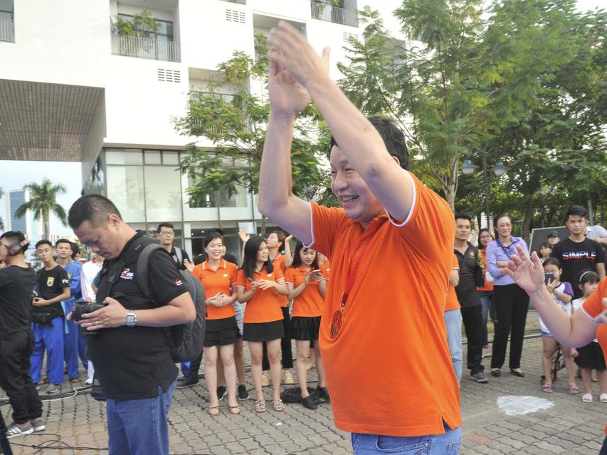 Sự trẻ trung, nhiệt huyết của anh Bình cũng là ngọn lửa sức mạnh tinh thần cho hàng nghìn học sinh, sinh viên tự tin chinh phục tương lai.