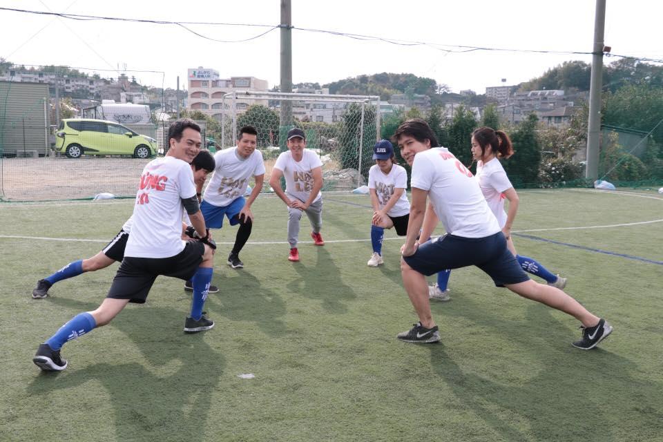 Các đội hào hứng khởi động để bắt đầu trận đấu.
