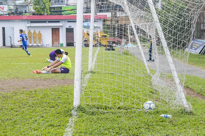 Chưa dừng lại ở đó, đến phút 30 tỷ số đã là 3-0 khi cầu thủ số 10 Võ Minh Trí dứt điểm thành công từ đường chuyền thuận lợi của đồng đội. Thủ môn của TPBank chỉ còn biết lặng nhìn bóng bay vào lưới trong sự bất lực.