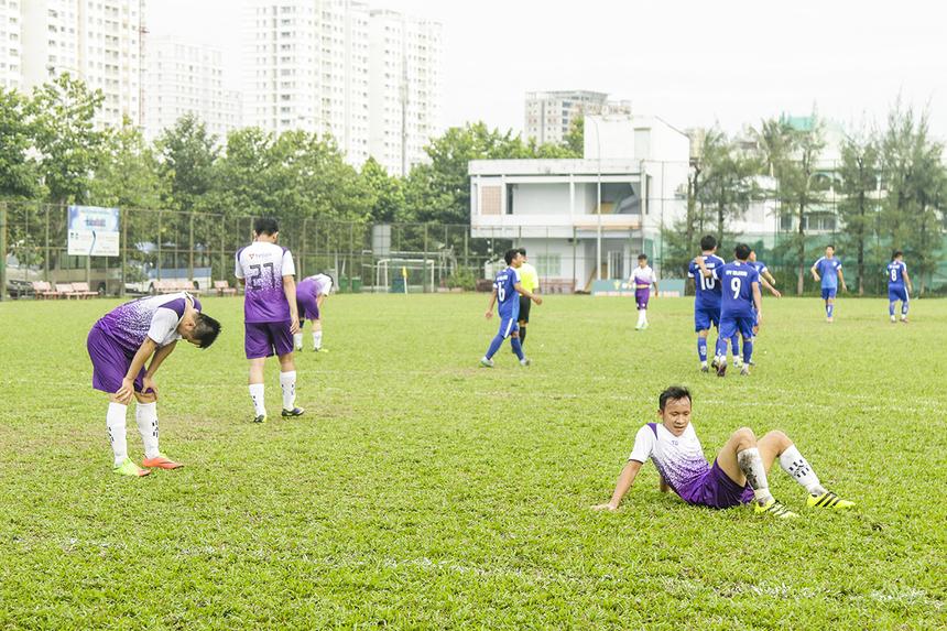 Phút 46, tỷ số đã được nâng lên 4-0 cho FPT Telecom sau pha phản lưới nhà bất đắc dĩ của cầu Cao Đình Chinh bên phía TPBank. Đồng đội của anh đã thực hiện pha phá bóng lỗi khiến bóng chạm vào người cầu thủ số 13 đi vào lưới. Hàng thủ TPBank như lặng người trước bàn thua đầy tiếc nuối.