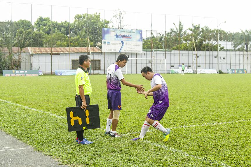 TPBank cố gắng thay đổi nhân sự ở một số vị trí trên sân nhằm hy vọng cải thiện tình hình, để tìm kiếm bàn thắng danh dự trong thời gian còn lại của trận đấu.