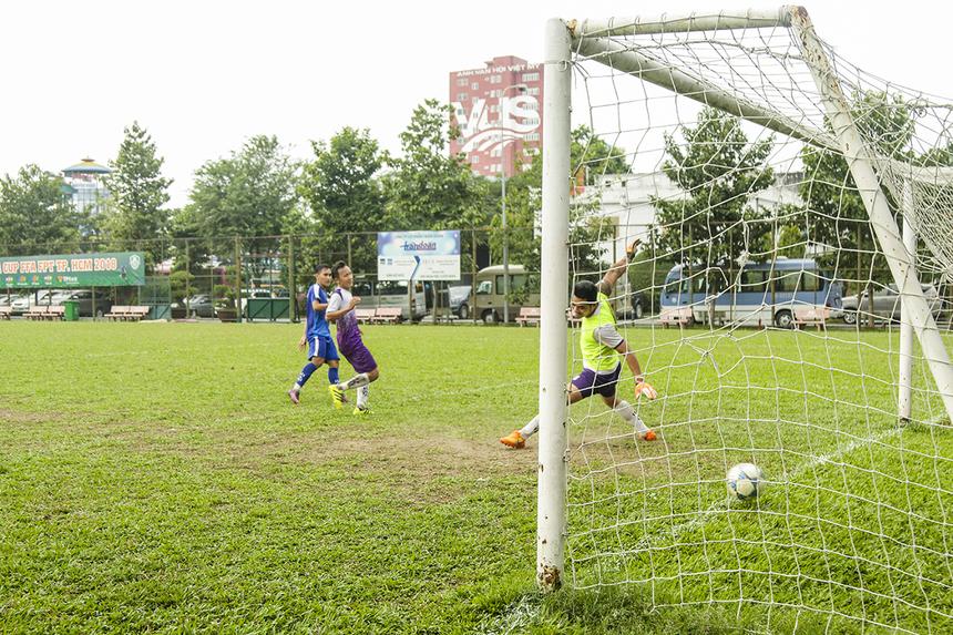 Phút 64, sau rất nhiều tình huống vây hãm liên tục, các cầu thủ FPT Telecom mới có bàn thắng tiếp theo. Và người ghi bàn vẫn là cái tên quen thuộc - tiền đạo Huỳnh Tấn Thái. Với pha lập công này, chân sút mang áo số 9 đã hoàn tất cú hat-trick cho riêng mình trước khi rời sân.