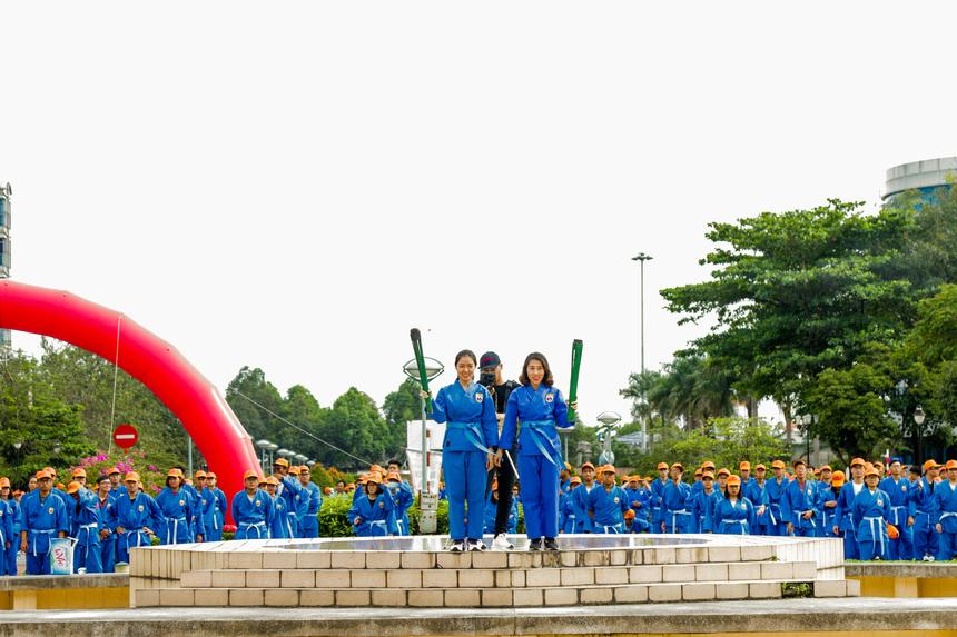 Trước màn đồng diễn, BTC đã trang trọng tiến hành lễ rước cờ và đuốc để tri ân người sáng lập Việt Võ đạo.