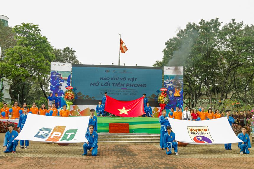 Sau màn châm đuốc tượng trưng cho khí thế hừng hực, tinh thần sẵn sàng của thầy và trò Tổ chức Giáo dục FPT ở TP HCM là nghi thức rước cờ Tổ quốc, cờ FPT, cờ Việt võ đạo và hát Quốc ca.