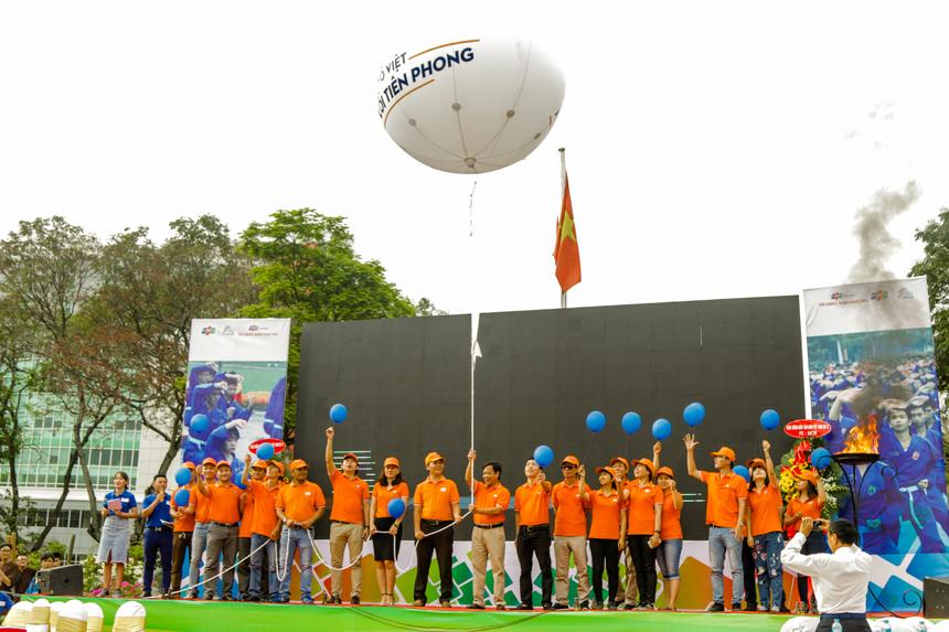 Các thầy cô của FPT Edu cùng sinh viên tiến hành thả khí cầu và hàng nghìn quả bóng bay mang theo hy vọng về sự phát triển của Tổ chức Giáo dục FPT nói riêng và Tập đoàn FPT nói chung.