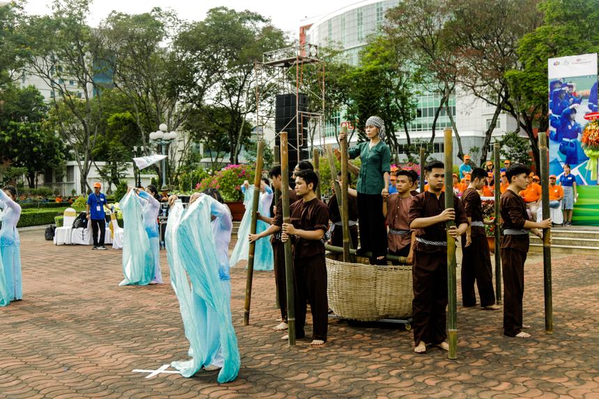 """Trước khi bước vào màn đồng diễn Vovinam vào lúc 15h40 là màn nghệ thuật khai hội với tiết mục múa """"Quê hương Việt Nam"""" của Khối liên kết quốc tế ĐH FPT (FAI)."""