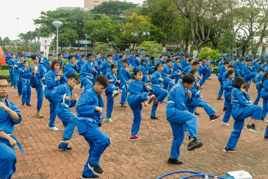 Đây cũng là sự kiện đầu tiên tất cả môn sinh Vovinam ở các cơ sở đào tạo trên cả nước biểu diễn cùng một khung giờ, cùng một kịch bản và cùng livestream trên Fanpage FPT Education. Chương trình đồng diễn mang đậm nét tinh hoa và tinh thần dân tộc của môn phái Vovinam Việt võ đạo.