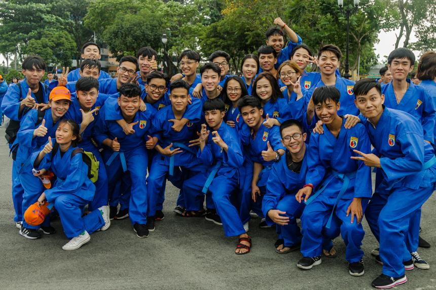 """""""Hào hứng"""", """"vinh dự"""", """"tự hào"""", """"tuyệt vời"""" là những từ được sinh viên nhắc đến nhiều nhất sau khi hoàn tất màn đồng diễn Vovinam. 3.000 võ sinh của Tổ chức Giáo dục FPT TP HCM đã góp sức vào sự thành công của màn đồng diễn Vovinam được Tổ chức kỷ lục Việt Nam công nhận là có quy mô lớn nhất Việt Nam từ trước đến nay với số lượng 7.000 người tham gia."""