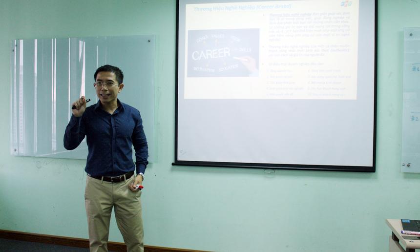 """Tại khoá học, giảng viên Hoàng Việt Anh, PTGĐ FPT, đã chia sẻ về 2 khái niệm """"Thương hiệu cá nhân"""" và """"Thương hiệu nghề nghiệp"""", cách xây dựng thương hiệu nghề nghiệp cá nhân cho các học viên. Anh Việt Anh cho hay: """"Thương hiệu cá nhân là tất cả những gì mọi người nhìn nhận được ở bạn về ngoại hình, tính cách, nghề nghiệp và các giá trị mà bạn đóng góp được cho xã hội, giúp người khác phân biệt bạn với những người xung quanh trong cuộc sống"""". Bởi vậy, mỗi người cần tạo ra sự khác biệt để xây dựng thương hiệu cá nhân cho mình. Theo anh Việt Anh, thương hiệu nghề nghiệp giúp xác định bạn là ai trong công việc, giúp đồng nghiệp và lãnh đạo phân biệt bạn với những nhân viên khác; là những giá trị bạn có thể mang tới trong công việc và là cách bạn thể hiện mình như một ứng cử viên tiềm năng (khi ứng cử vào một vị trí nghề nghiệp). Bên cạnh đó, anh Hoàng Việt Anh còn đưa ra các bước để xây dựng thương hiệu nghề nghiệp cá nhân gồm: Tự đánh giá chính mình; Lấy thông tin phản hồi về mình từ người khác; Đặt mục tiêu và kiên định với mục tiêu; Nâng cao năng lực và truyền thông, xây dựng hình ảnh chuyên nghiệp."""