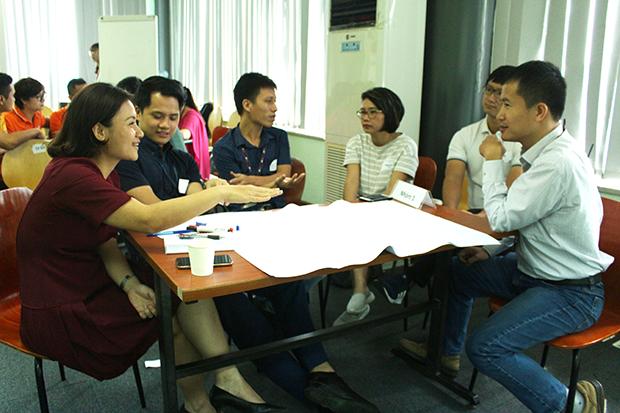 """Lớp học được chia thành 5 nhóm nhỏ để cùng thảo luận cho đề bài: """"Xác định những kỹ năng một người FPT cần có trong thời gian 5 năm tới"""". Các nhóm có thời gian 15 phút để thảo luận về vai trò, hiện trạng, lộ trình phát triển; câu chuyện đã thành công ở FPT bằng kỹ năng đó."""