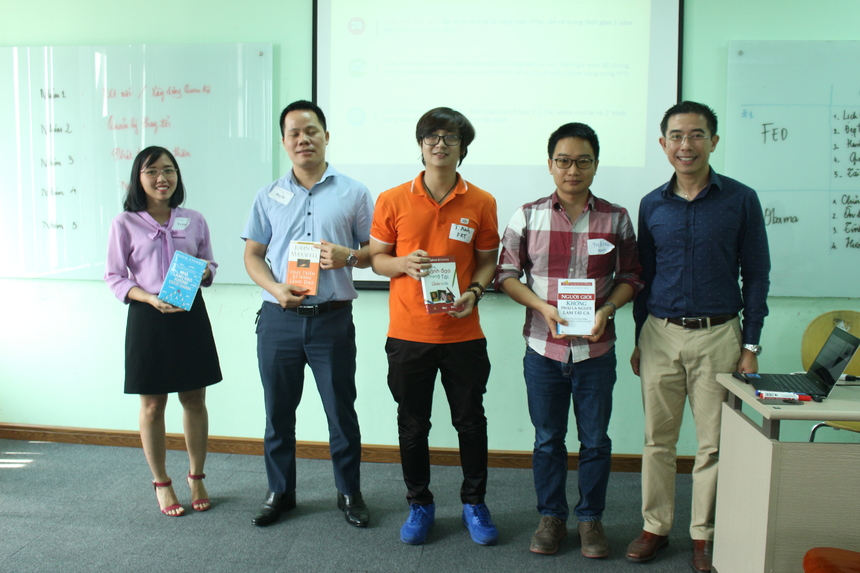 Cuối buổi học, anh Hoàng Việt Anh dành tặng 4 cuốn sách cho 4 cá nhân có nhiều ý kiến đóng góp và tích cực, sôi nổi trong lớp.