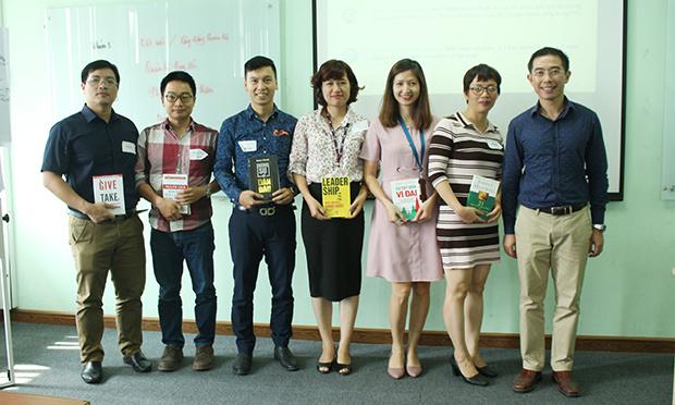 Cùng với đó là những cuốn sách khác anh dành tặng cho nhóm có số điểm cao nhất trong phần thảo luận và thuyết trình.