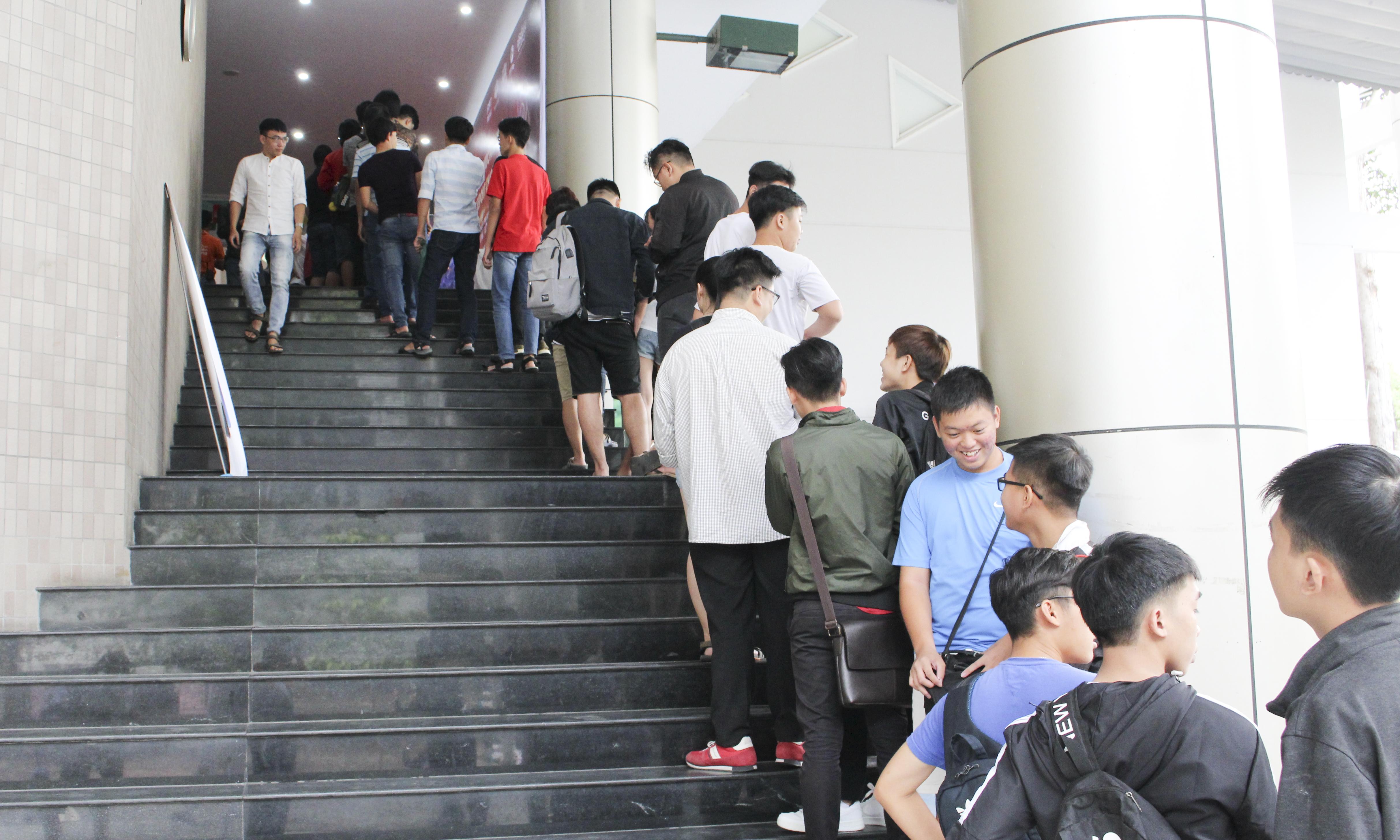 Từ 15h chiều, hàng nghìn khán giả đã xếp hàng trước nhà thi đấu Hồ Xuân Hương để chuẩn bị vào xem trận chung kết, dù đến 17h30 trấn đấu mới bắt đầu.