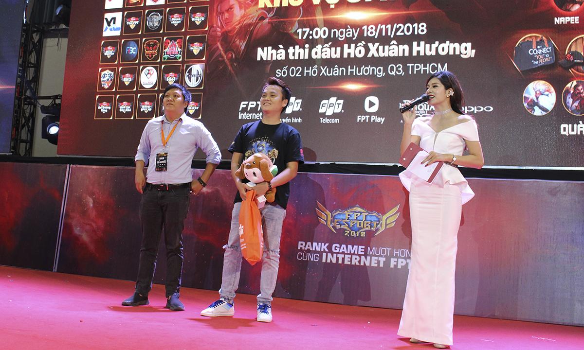 Bạn Trung Tín đã xuất sắc vượt qua hơn 100 game thủ khác ở giải solo 1 vs 1 để đoạt chức vô địch của giải với phần thưởng là một chiếc điện thoại Oppo A3S và 500.000 đồng tiền thưởng.