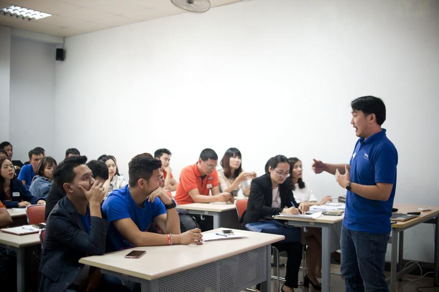 """Chủ đề """"Trường học 4.0 cần giáo viên hay người hướng dẫn"""", anh Lê Ngọc Tuấn - Trường phòng IoT Ban Công nghệ FPT thu hút trên 50 người nghe. Tại đây, anh chia sẻ: """"Trong thời kỳ 4.0, học sinh/sinh viên sẽ trở thành trung tâm còn giáo viên chỉ là người hướng dẫn (mentor) cho các em. Các mentor chỉ xuất hiện khi người học thực sự gặp khó khăn"""". Theo anh, điều này giúp học sinh sinh viên chủ động trong học tập, công việc và sáng tạo bản thân."""