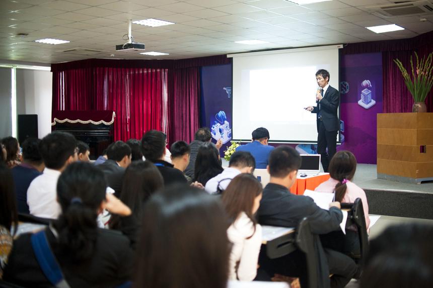"""Trong phần thảo luận đầu tiên, GS.TS Takumi Miyoshi, GĐ trung tâm quốc tế - Học viện công nghệ Nhật Bản tra đổi với chủ đề """"Nuôi dưỡng các kỹ sư và nhà khoa học toàn cầu thông qua các chương trình GPBL trong Kỷ nguyên xã hội 4.0"""". Cụ thể, bằng cách học tập dựa trên dự án toàn cầu (GPBL) – phương pháp giáo dục mới trong thời đại xã hội siêu thông minh. Phương pháp này là phiên bản toàn cầu của PBL đã được thực hiện với các trường đại học đối tác ở nước ngoài. Các nhóm quốc tế sẽ cùng thảo luận để giải quyết các vấn đề trong giáo dục và đề xuất các ứng dụng CNTT thông minh như IoT, AI. Từ đó, hướng tới việc phát triển kỹ năng và khả năng thích ứng cho các kỹ sư và nhà khoa học toàn cầu trong thời đại công nghệ 4.0."""