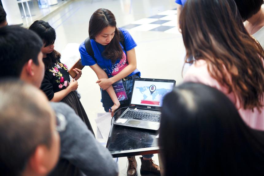 """Bài trình bày của anh Tuyên ở gần sát nút giờ kết thúc chương trình, nhưng nhận được nhiều phản ứng tích cực của người nghe. Chị Lê Thị Mừng - giáo viên THPT FPT - ấn tượng với phần mềm Powtoon: """"Nếu áp dụng vào môn Địa lý của tôi thì tin rằng môn học cũng sẽ trở nên thú vị hơn rất nhiều""""."""