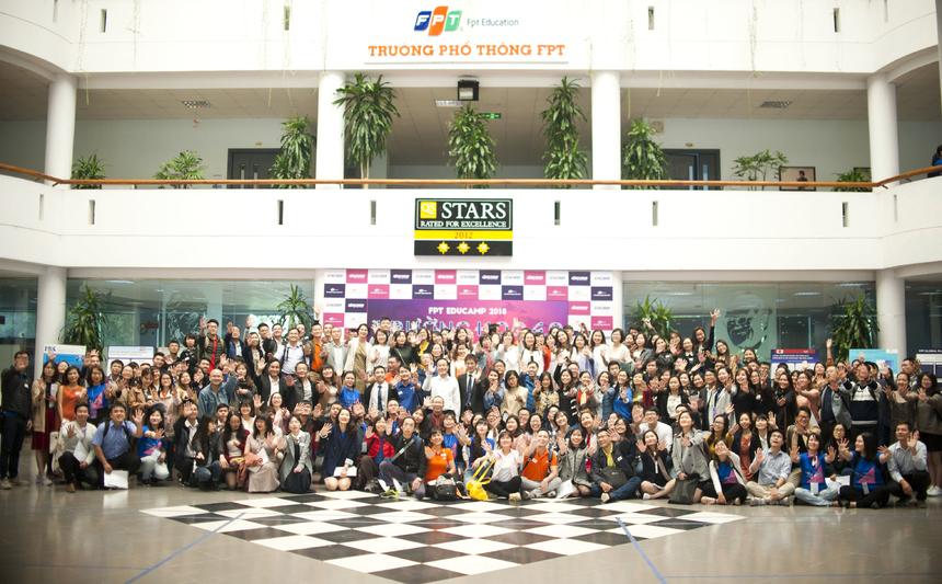 """FPT Educamp diễn ra từ 8h30 - 17h30, ngày 25/11, với sự tham gia của hơn 300 khán giả làm việc trong ngành Giáo dục. Sự kiện kết nối các giảng viên, chuyên gia, các nhà hoạt động trong lĩnh vực giáo dục để chia sẻ các kinh nghiệm, tri thức và ý tưởng thúc đẩy sự phát triển của giáo dục Việt Nam nói chung và FPT Education nói riêng. FPT Educamp 2018 là mùa thứ 5, kể từ 2014. Mỗi năm, FPT Education đều mang đến những chủ đề theo đúng xu hướng và thiết thực với nền giáo dục hiện tại. Năm 2014 - """"Đổi mới giáo dục và đào tạo trong bối cảnh toàn cầu hóa"""". Năm 2015 - """"Vận hành tổ chức giáo dục"""". Năm 2016 - """"Hướng tới chuẩn quốc tế trong tổ chức giáo dục"""". Năm 2017 - """"Tự học và trải nghiệm"""". Mùa thứ 5 tổ chức, chương trình đạt con số kỷ lục về lượng bài tham luận - 52 bài."""