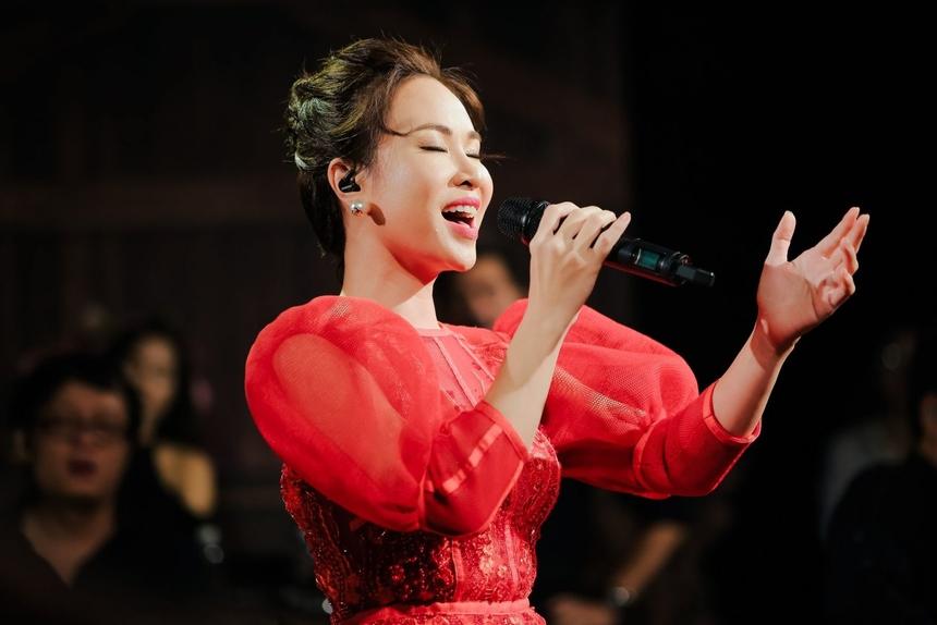 """Trong chương trình, Uyên Linh trình bày 14 ca khúc gắn với chặng đường 10 năm sự nghiệp của cô. Ca sĩ mở đầu với """"Bài hát của em"""", """"Đại lộ tan vỡ"""" - hai nhạc phẩm nằm trong album mới nhất - """"Portrait"""". Sau quá trình tương tác với khán giả, cô chọn trình diễn hai bài hát theo yêu cầu là """"Chỉ là giấc mơ"""", """"Take Me to the River"""". Các ca khúc """"Đường cong"""" (Nguyễn Hải Phong), """"Mùa đông sẽ qua"""" (Huy Tuấn), """"Mượn"""" (Lưu Thiên Hương), """"Chờ người nơi ấy"""" (Huy Tuấn)... được làm mới qua bản phối của nhạc sĩ Hồng Kiên và cách chơi ngẫu hứng của ban nhạc Anh Em. Trong lúc trình diễn, Uyên Linh nhiều lần bày tỏ sự phấn khích. Cô ngỡ ngàng bởi không tin rằng một ngày, các bản nhạc quen thuộc được thay đổi đến như vậy. Lúc Uyên Linh biểu diễn, lượt người xem lên đến vài trăm nghìn. Cô bày tỏ sự háo hức vì trong không gian ấm cúng, cô có thể tung tẩy, tự do thể hiện bản thân."""