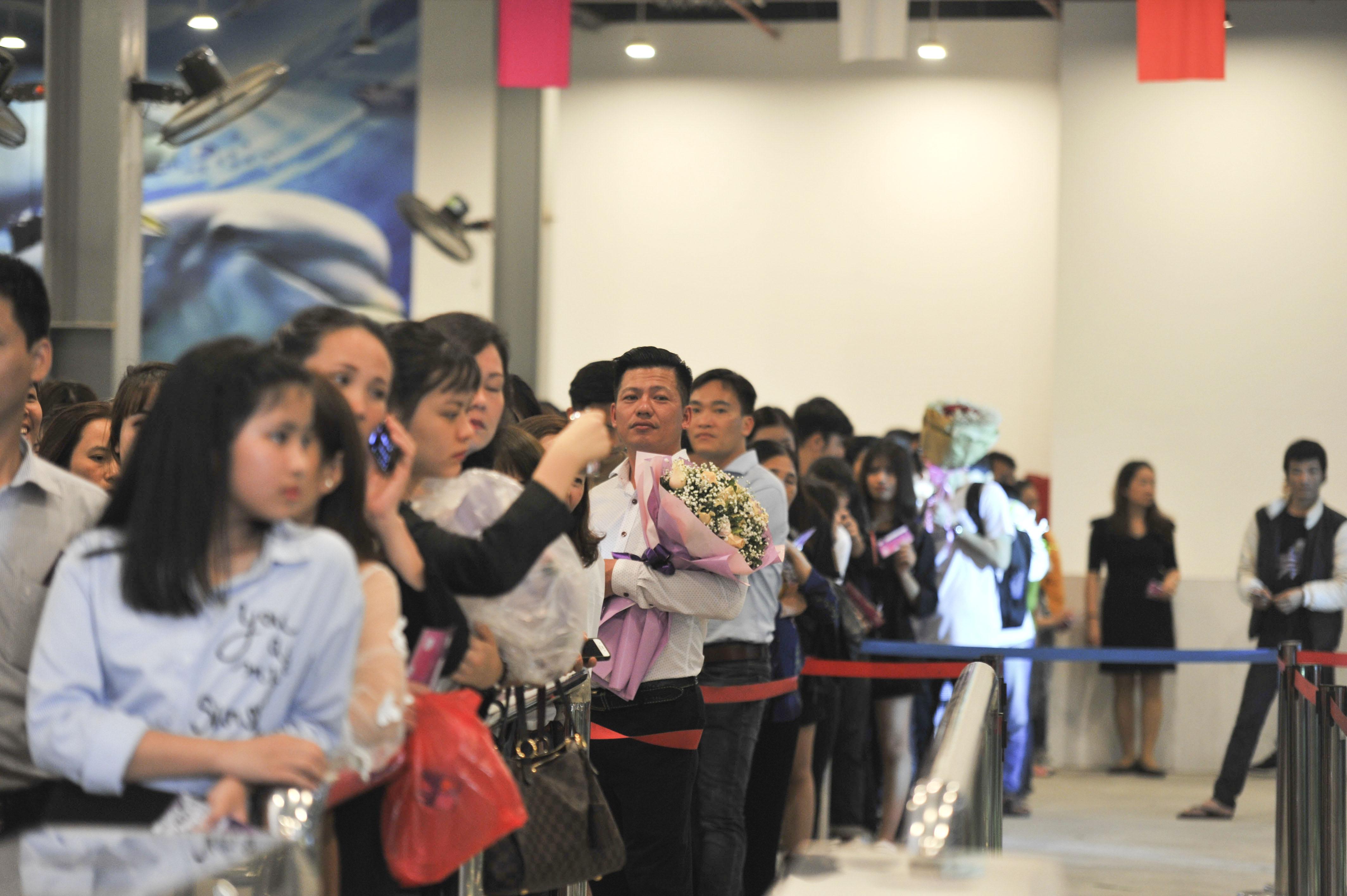 Trước đó, rất đông khán giả là người thân, bạn bè của các thí sinh cũng như những người quan tâm tới Miss FPTU đã có mặt tại bãi biển nhân tạo Baara Land (Quốc Oai, Hà Nội) để chờ tới giờ tranh tài của 15 thí sinh.