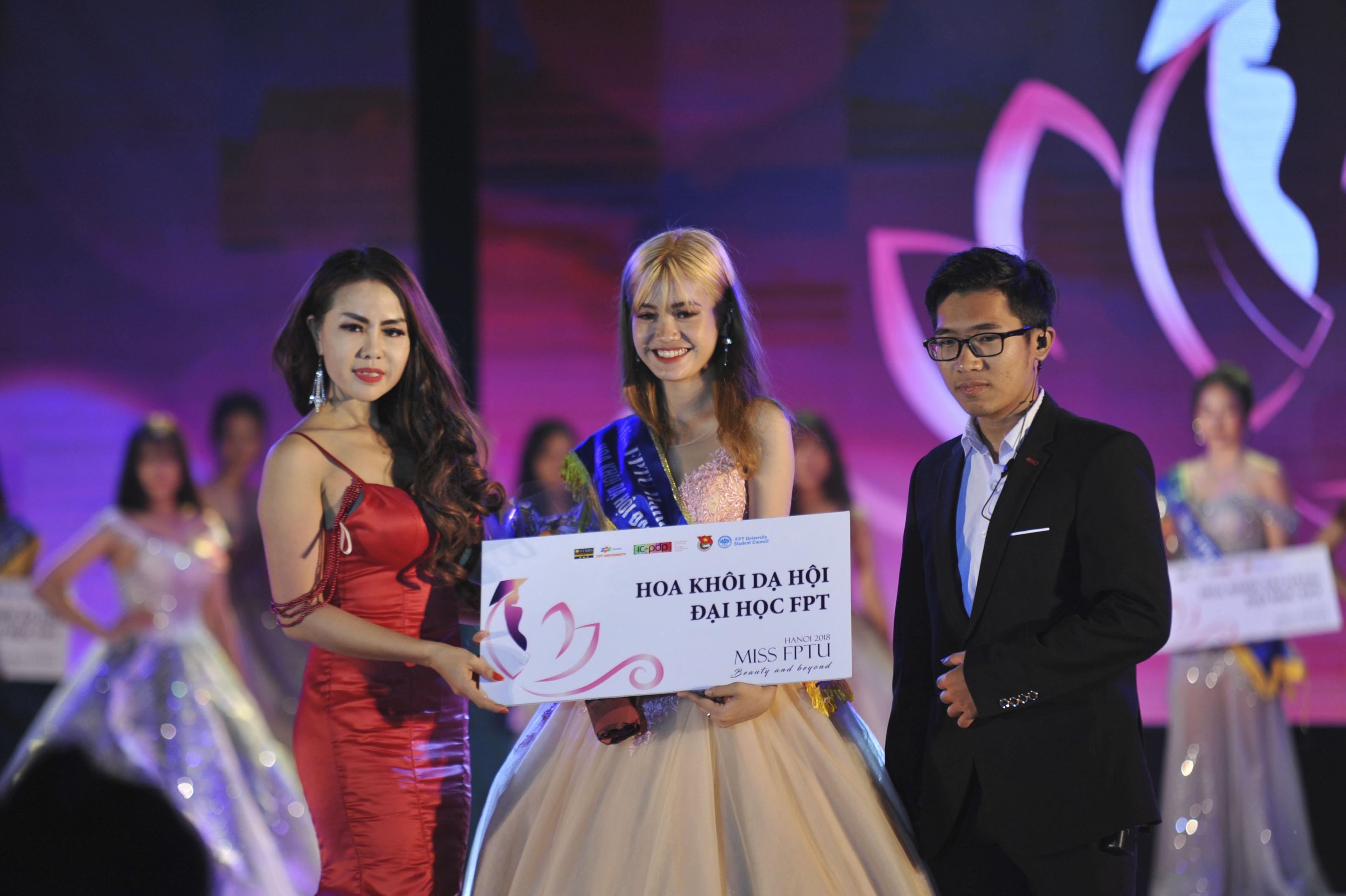 """Danh hiệu """"Hoa khôi dạ hội ĐH FPT"""" được trao cho thí sinh mặc trang phụ dạ hội đẹp nhất - Nguyễn Quỳnh Anh."""