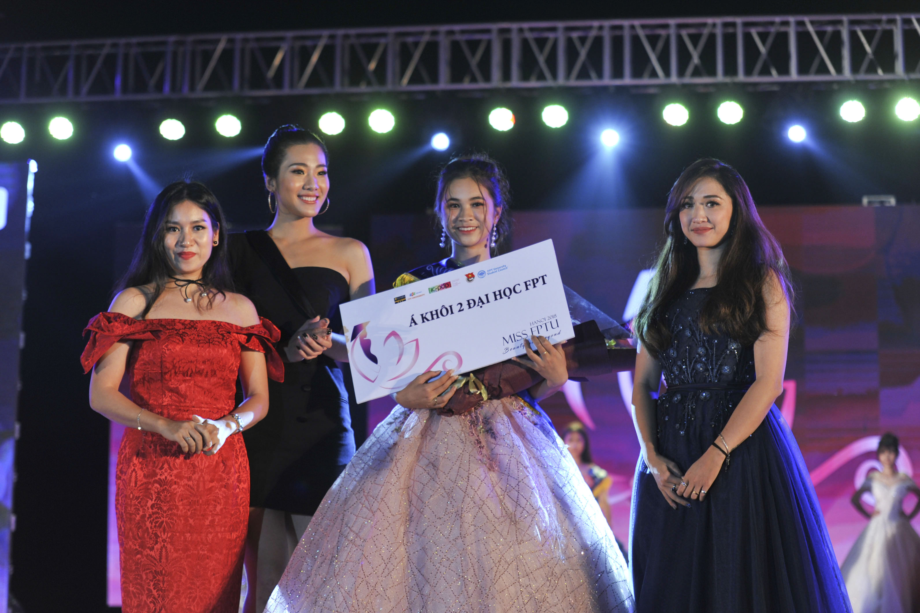 Danh hiệu Á khôi 2 được trao cho cô gái có câu trả lời ấn tượng về phẫu thuật thẩm mỹ - Nguyễn Phương Thảo.
