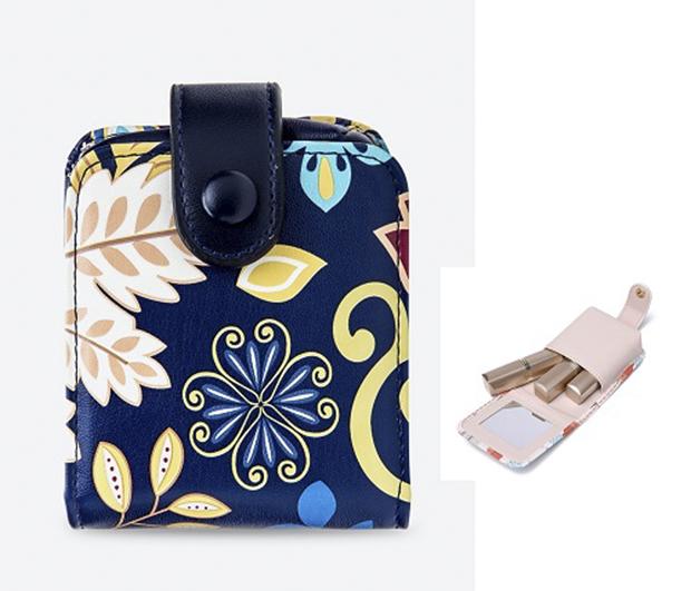 Những cô nàng thường xuyên mang theo nhiều thỏi son có thể sắm ngay một chiếc ví đựng để tránh tình trạng thất lạc. Tham khảo ví son màu xanh navy Venuco Madrid N01M69 giá ưu đãi 50% chỉ còn 299.000 đồng.