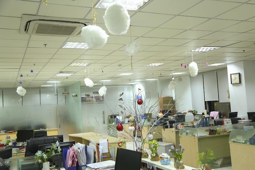 Văn phòng FPT HO gây chú với những bông tuyết, đám mây trắng, ngôi sao được bố trí trên trần nhà tạo cảm giác mùa đông đang về dù Sài Gòn chỉ có hai mùa mưa - nắng.