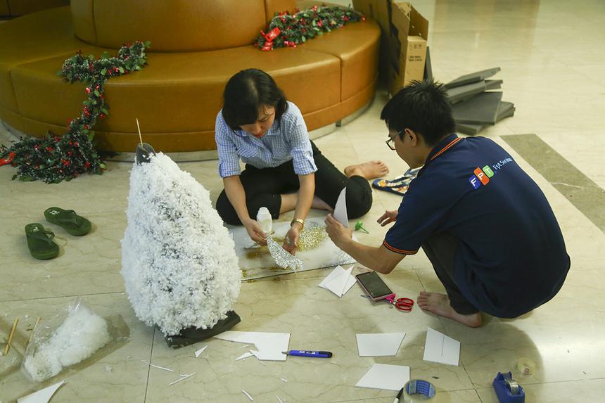 Khác với những đơn vị khác, Synnex FPT có cách thể hiện không khí Giáng sinh rất thú vị khi cây thông Noel được làm từ những bộ hồ sơ xếp chồng lên nhau. Còn các chi tiết khác như ngôi sao, lá thông, bông tuyết,... đều được làm thủ công từ giấy, xốp và kim tuyến hoặc tận dụng lại từ những mùa Giáng sinh trước.