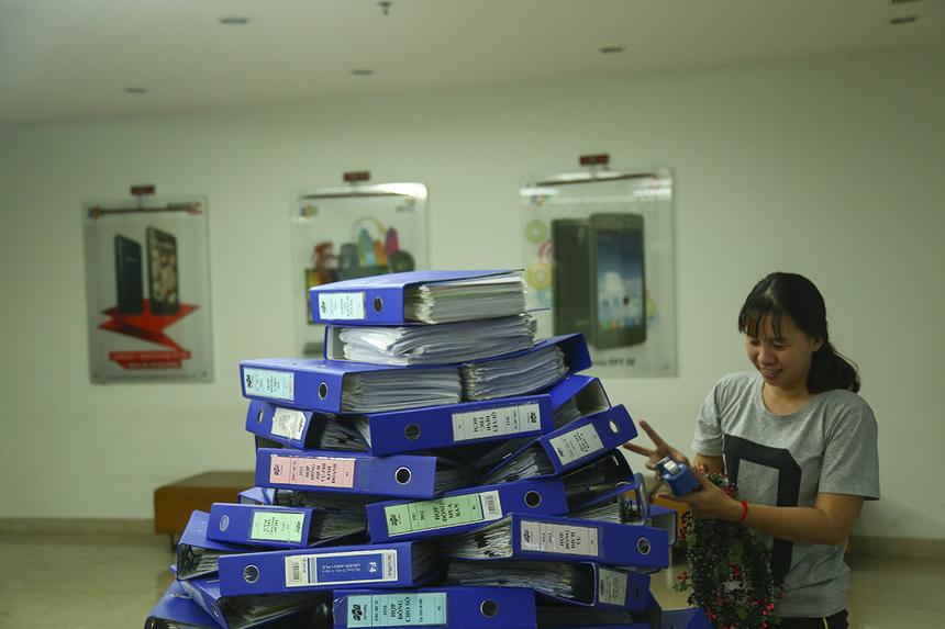 Theo chị Lê Kiến Định, Cán bộ Văn hóa - Đoàn thể, thì cách thức trang trí này được các anh chị lựa chọn nhằm thể hiện tính chất đặc trưng của những người làm việc văn phòng.