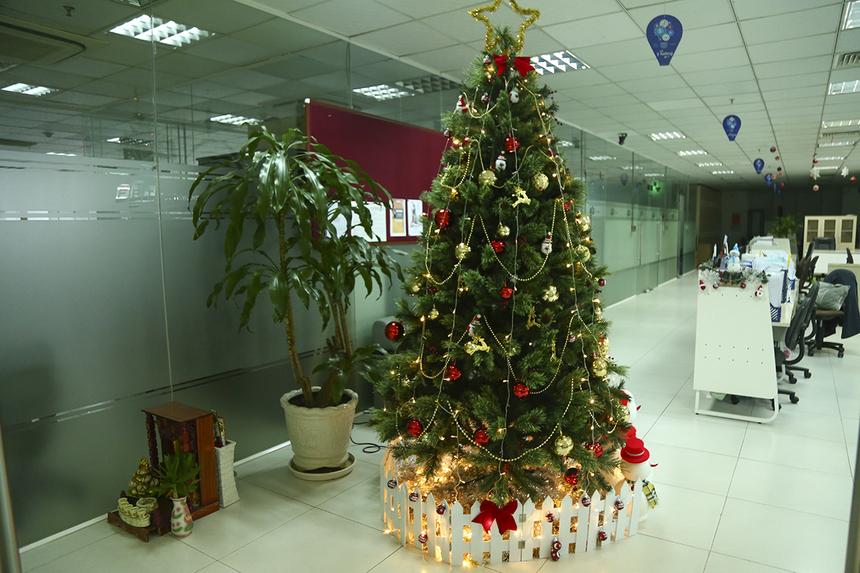 Không chỉ ngoài sảnh mà trong văn phòng cũng được trang trí cây thông Noel nhỏ hơn với những dây đèn lấp lánh, khiến ai cũng cảm nhận được không khí Giáng sinh và những ngày cuối năm đã sắp sửa ùa về.