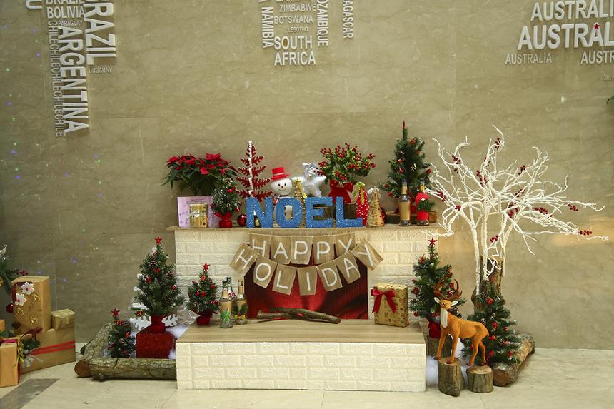 """Lò sưởi được coi là nguồn gốc của phước lành, và người ta tin rằng những người hầu cận của Ông già Noel và những vị thánh thần mang quà qua chiếc cổng này. Đường vào của Ông già Noel qua ống khói trở thành truyền thống ở Mỹ một phần nhờ bài thơ """"A Visit from St. Nicholas"""" (Một chuyến thăm của Thánh Nicolas). Năm nay lò sưởi được trang trí nổi bật và đáng yêu ở sảnh chính của tòa nhà FPT Tân Thuận 2 để CBNV có thể thoái mái """"thả dáng"""" sống ảo."""