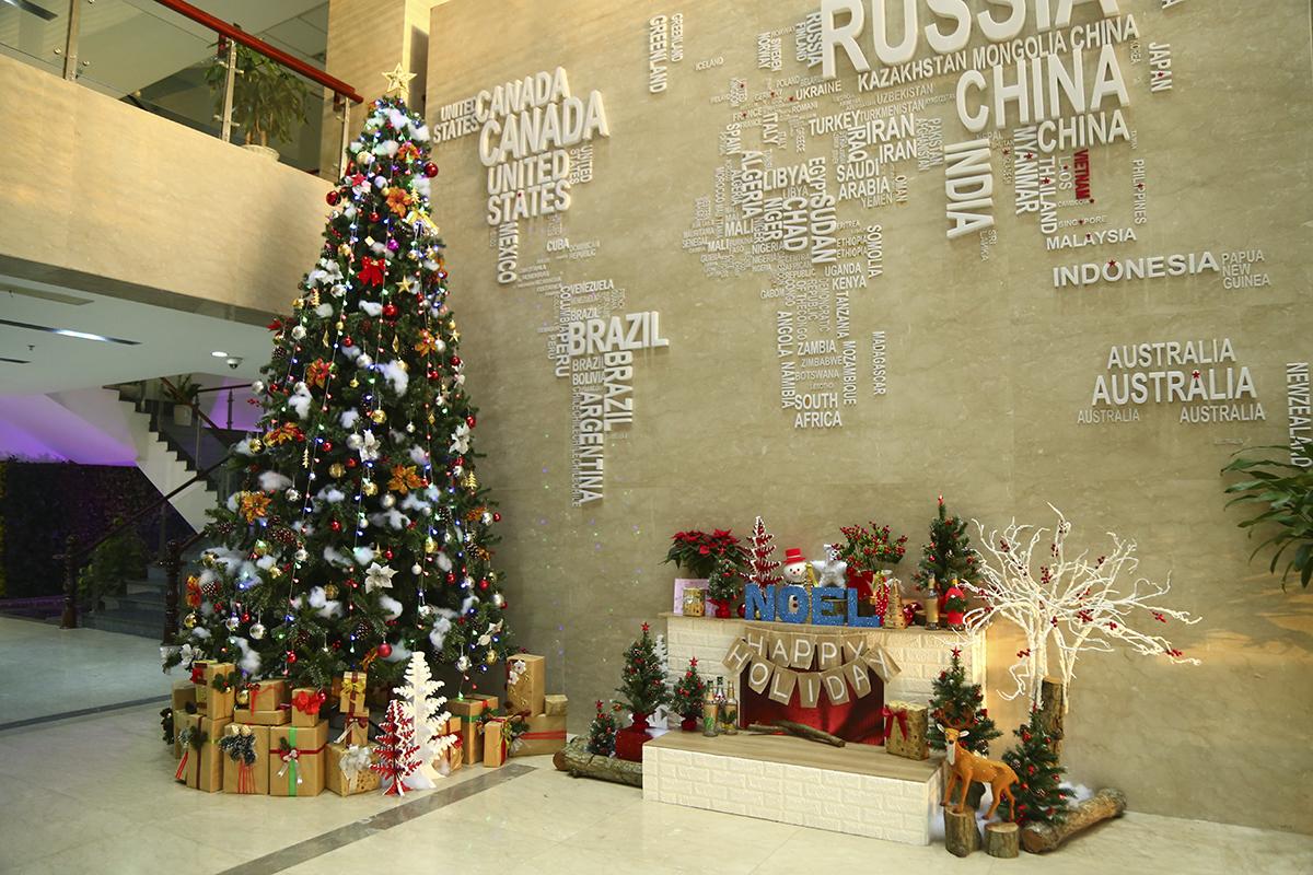 Cây thông và khung cảnh Noel được trang trí bằng nhiều màu sắc khác nhau. Đây là địa điểm để mọi người lựa chọn để chụp hình lưu niệm và cùng nhau chia sẻ trên mạng xã hội.