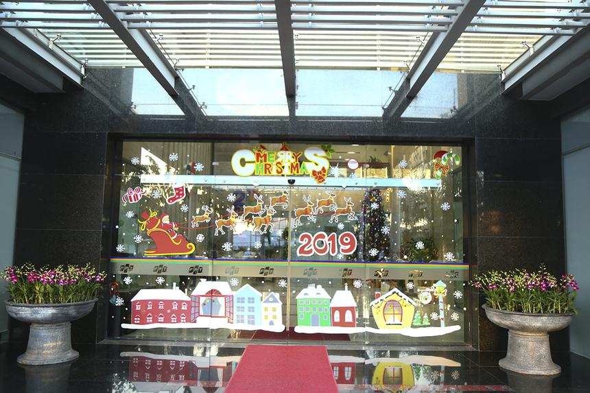 Trước đó, từ ngày29/11, các thành viên FPT Telecom đã tiến hành trang trí sảnh lễ tân và các cửa ra vào khu làm việc. Theo chị Trần Thị Bích Hằng, Văn phòng đơn vị, cây thông Noel năm ngoái được dùng lại và năm nay chỉ bổ sung các hộp quà mới.