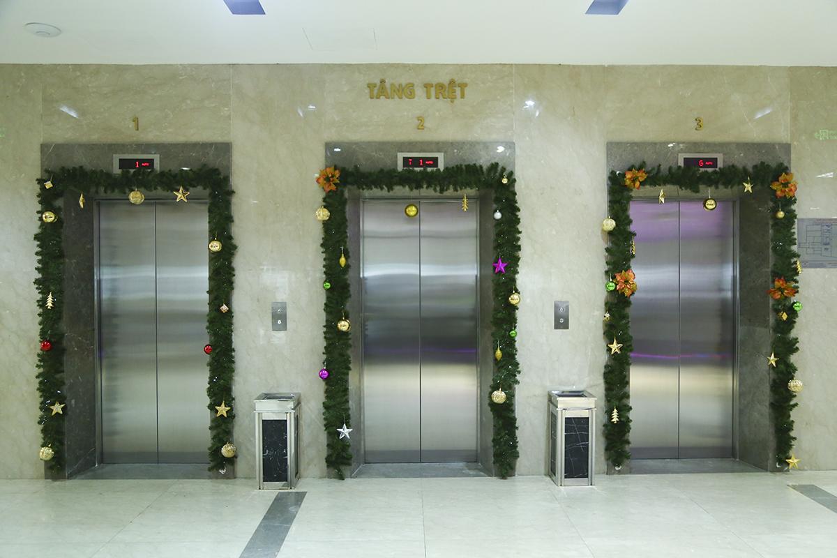 """Những cánh cửa thang máy cũng được khoác lên mình """"bộ áo"""" mới trong tháng 12. Ngoài trang trí ở sảnh thì mỗi đơn vị của FPT Telecom cũng sẽ có những cách trang trí khác nhau trong phòng ban của mình tùy từng đơn vị."""