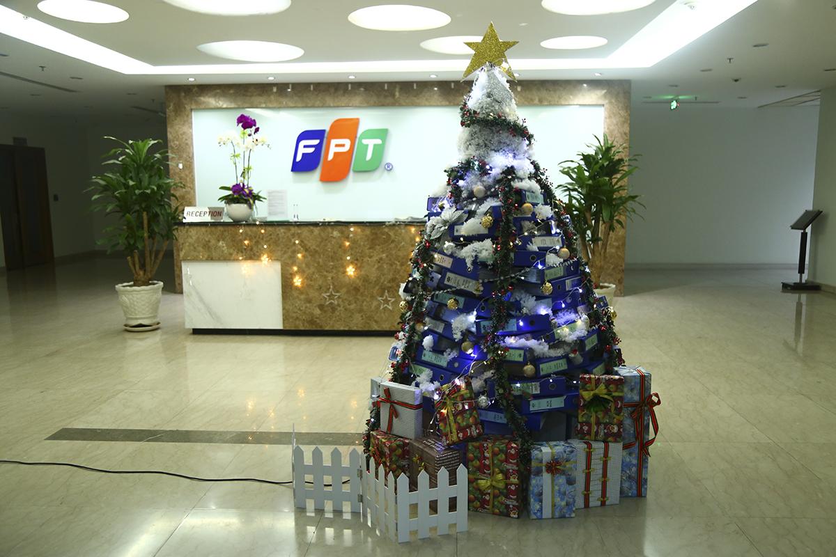 Huyền thoại về cây thông trang trí được phát triển khi Chúa Jesus tái sinh vào mùa đông. Đó cũng là thời điểm mà cây cối trên khắp thế giới rũ băng giá để đâm chồi nảy lộc. Người theo đạo Thiên Chúa cũng tin rằng, cây thông là biểu hiện của Chúa giáng sinh.