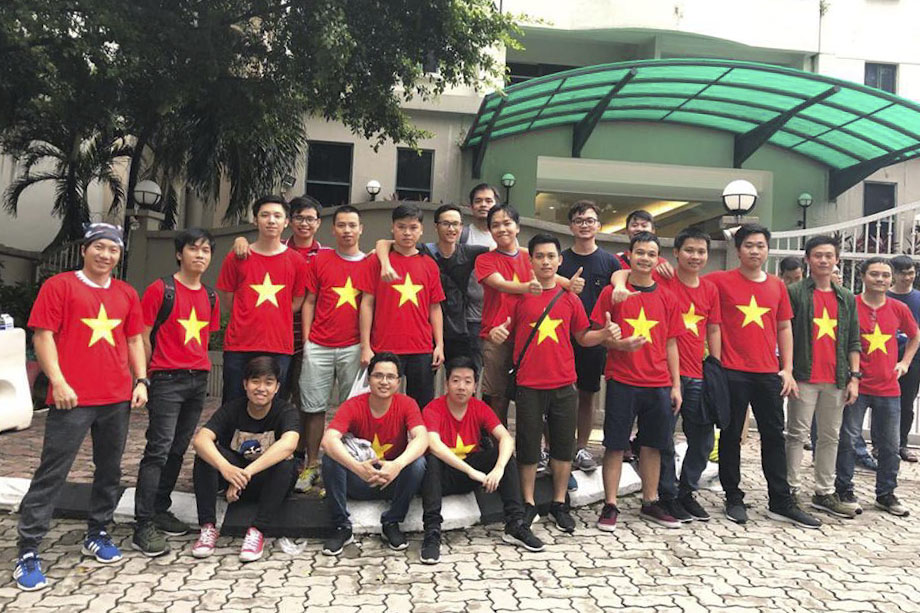"""Trước giờ bóng lăn, rất đông anh, chị em FPT Malaysia (FMAS) đã """"diện"""" đồng phục áo cờ đỏ sao vàng để chuẩn bị hết mình cùng đội nhà trong trận chung kết lượt đi giữa tuyển Việt Nam và Malaysia."""