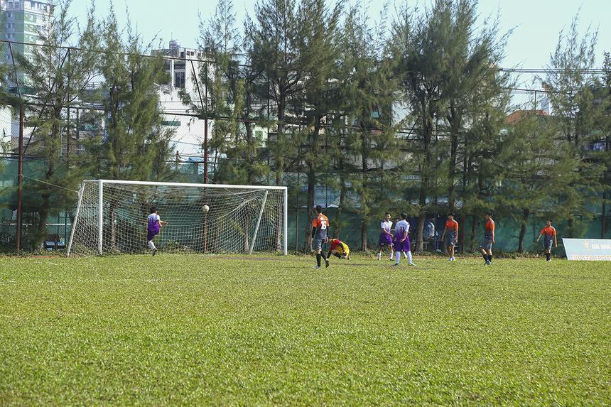Thế trận vượt trội đã được các cầu thủ TPBank cụ thể hóa bằng bàn thắng mở tỷ số ở phút 11 của chân sút Nguyễn Đức Thuận. Bàn thua này đã khơi mào cho một ngày thi đấu thảm họa của hàng thủ FPT Retail sau đó.