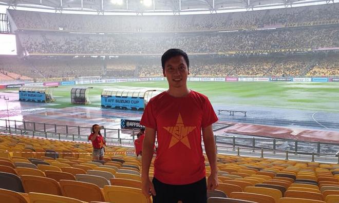 """Theo Bùi Quang Hùng, năm 2009 lần đầu tiên anh sử dụng đến tấm hộ chiếu là chuyến đi Vientiane, Lào xem trận Chung kết Seagame giữa Malaysia. Vẫn còn nhớ ngày hôm đó trên sân vận động quốc gia Lào hơn 90% là khán giả Việt Nam với kỳ vọng rất lớn cho tấm HCV nhưng sau khi kết thúc trận chung kết cả trong và ngoài là những gương mặt thẫn thờ tiếc nuối. """"Tình cờ năm nay, sau khi làm lại hộ chiếu thì chuyến đi đầu lại được chứng kiến trận đấu giữa Việt Nam và Malaysia trong một trận chung kết, lần này là trận trận đấu cấp đội tuyển. Cũng vào sân sớm từ 16h và không khí tại sân vận động đã rất nóng"""", Hùng nói. """"Với một đội tuyển mạnh mẽ nhất trong nhiều năm qua, tôi tin tưởng vào một chiến thắng 2-1 ngay trên sân khách của đội Việt Nam""""."""